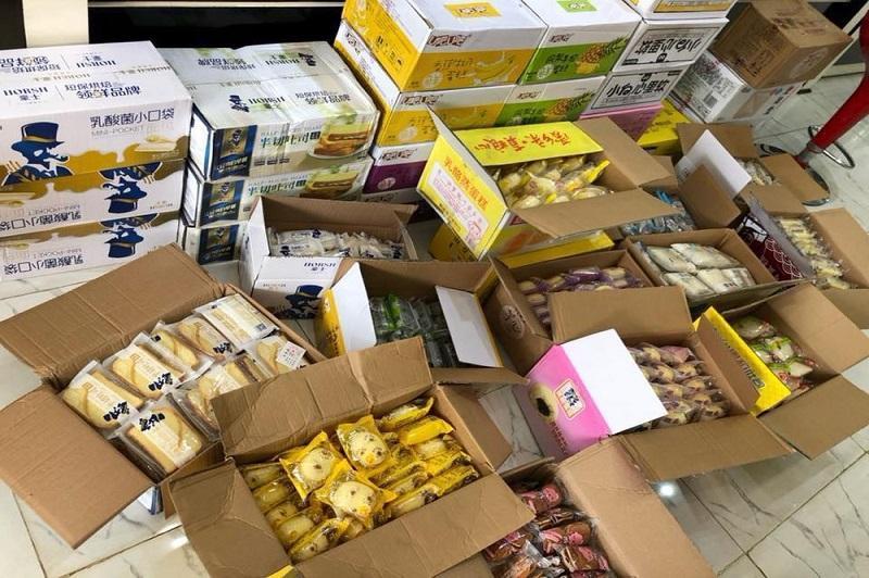 hàng hóa Trung Quốc được mua đang đợi đem về Việt Nam